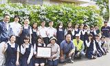 園芸部の生徒と「咲かせ隊」のメンバー
