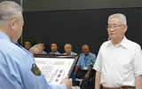 感謝状が贈られた渡部前会長(右)