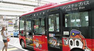 区庁舎前を通るバス