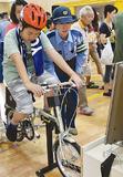 自転車シミュレーションを行う子ども