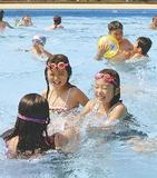 中村公園プールで遊ぶ子ども(昨年)