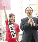 菅義偉官房長官(右)と横浜橋通商店街を練り歩いた三原氏(6月28日)