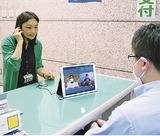 区役所に設置された窓口と通訳者をつなぐタブレット端末