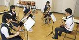 音楽隊員(右)と吹奏楽部の生徒