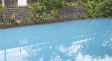 水色に変色した大岡川(15日午後5時30分ごろ)