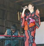 ステージで歌う矢口さん