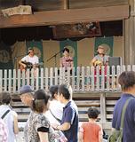 神楽殿で演奏するバンド