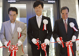 テープカットする(左から)横浜市都市整備局の島田健治都心再生部長、山崎社長、馬淵社長