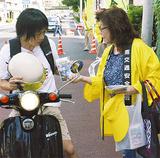 運転手に注意を促す交通安全協会の会員