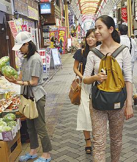商店街を歩く留学生