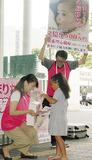 川崎駅前で募金活動を行う「救う会」のメンバー