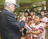 カップを中村会長に返還する選手