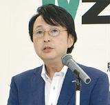 記者会見する圭雄新社長