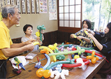バルーンの作り方を教える山本さん(左)