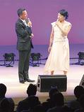 日野美歌さん(右)
