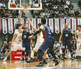 開幕戦でパスを出す山田謙治選手(13番)