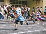 堀睦地区運動会で走る幼稚園児ら