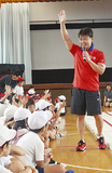 小学生に自身の経験を伝える田中さん