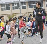 子どもを指導する苅部さん(昨年)