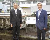 遺構のそばに設置された案内板の脇に立つY校会の田宮会長(右)と冨地校長