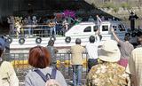 蒔田公園にやって来た船団に手を振る人たち