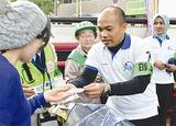 チラシを配布するインドネシアの警察官