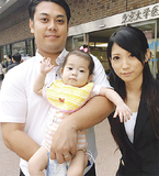 陽茉莉ちゃんと父・孝樹さん(左)、母・佳菜子さん(救う会提供)