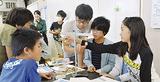 理科の授業で実験する児童