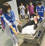 訓練で患者を移送する参加者