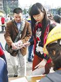 中国語の窓口に保護者を案内する児童(右)