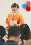 着物姿でスピーチするタイ人の女性