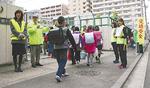 南吉田小児童に交通安全を呼びかける地域住民ら