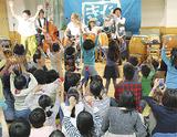 ひのき屋の演奏で盛り上がる子どもたち