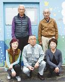 別所中里台町内会の(後列左から時計回りに)小泉和男さん、冨塚光夫さん、小泉美代子さん、高松会長、深沢幸子さん