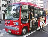 区庁舎前を通るシャトルバス