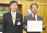 佐藤局長(左)から感謝状を受け取る倉澤社長