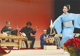 大澤会長(左)の演奏に太鼓、舞踊も加わった