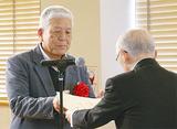 社協の大津会長(右)から感謝状を受け取る横浜太極拳同好会の菖蒲会長