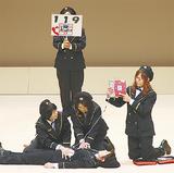 AEDの使い方を説明する女性団員
