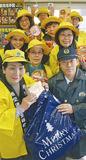 カップ麺を渡す上田会長(手前左)ら