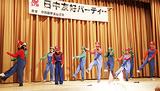 マリオ姿で踊る留学生