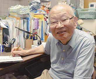 書斎で笑顔を見せる相原さん