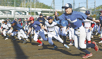 小学生に走塁を指導する横浜南ボーイズの選手(右)