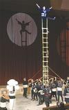 はしごの上で技を披露するとび職人