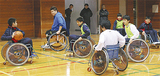 車いすバスケの試合を行う中学生ら