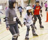 スケートを楽しむ子どもら