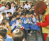 日枝神社で鬼に豆を投げる幼稚園児
