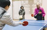卓球を楽しむ親子とスタッフ