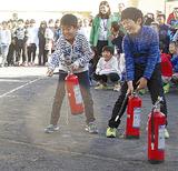 水消火器を扱う児童