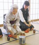 山崎さんから指導を受ける生徒(同校提供)